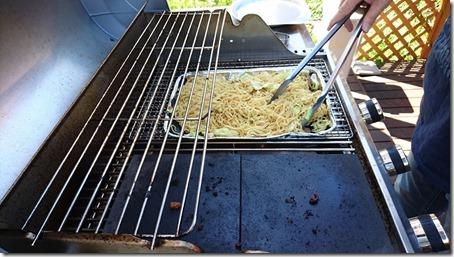 東京町田のドッグカフェプティシアンのBBQコンロで焼きそばを焼く様子