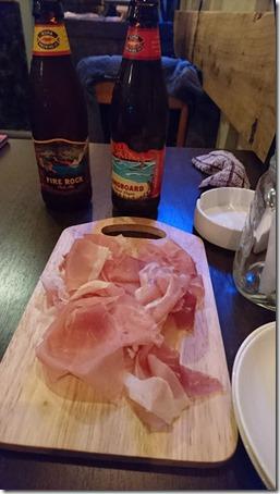 カフェアンドダイニングホラノアのお通し品の生ハムとコナビール2種