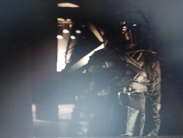 Duas fotos de Oscar Isaac totalmente vestido como o Cavaleiro da Lua da Marvel