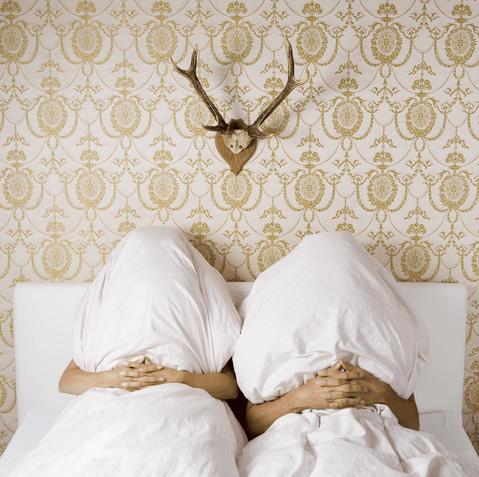Sábado chuvoso, casal debaixo do cobertor. Boa idéia não? Só não vai ser mané e acabar como na foto.