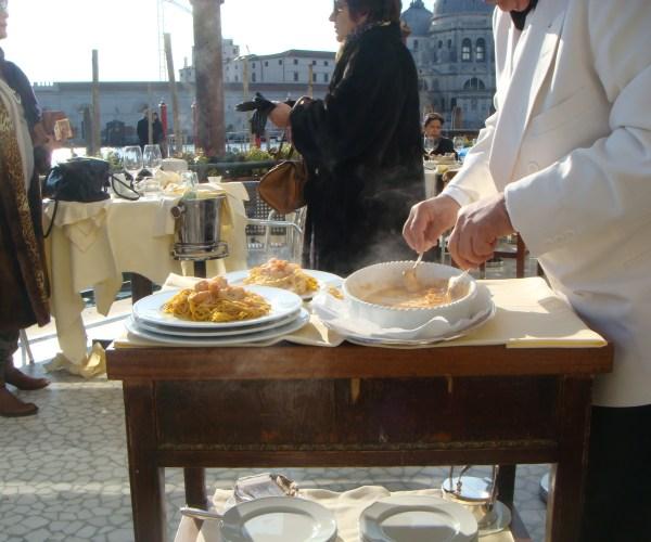 O garçom servindo a deliciosa massa