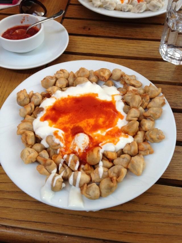 Prato de Manti - Manti, molho de iogurte e molho de tomate com pimenta