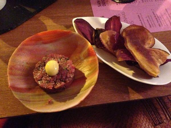 Steak Tartare com batata doce e espuma de mostarda
