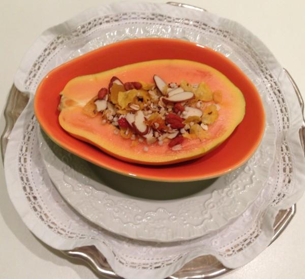 1/2 mamão papaia + a deliciosa granola caseira ( para receita clique aqui) + 1 iogurte desnatado ( estou amando o Grego light da nestle)