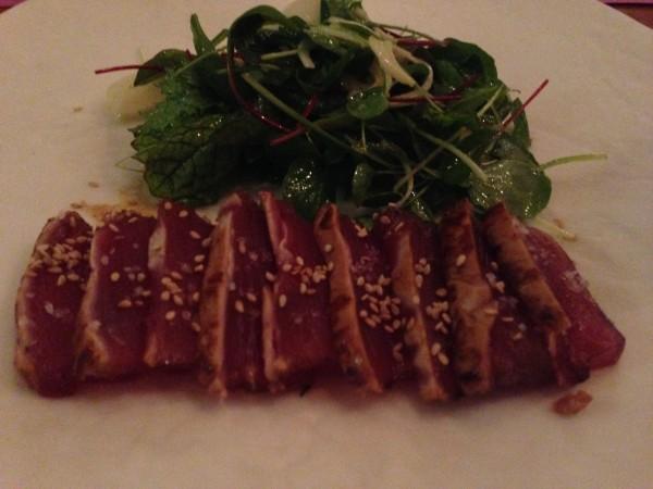 Atum semi grelhado com molho de pimenta e picles de palmito pupunha