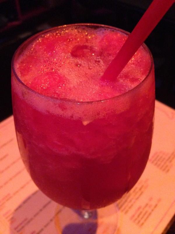 Caipivodka de melancia com calda de frutas vermelhas