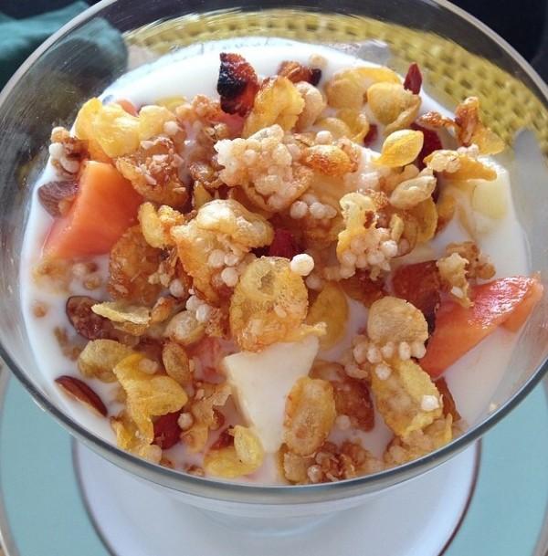 Salada de frutas + Iogurte LacFree + Granola caseira