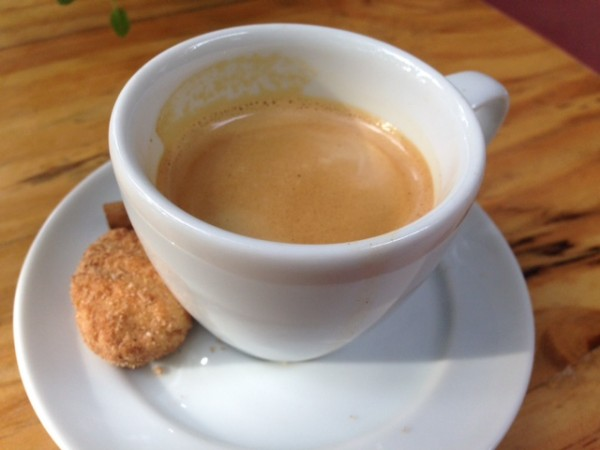 Café orgânico acompanhado de biscoitinho sem glúten