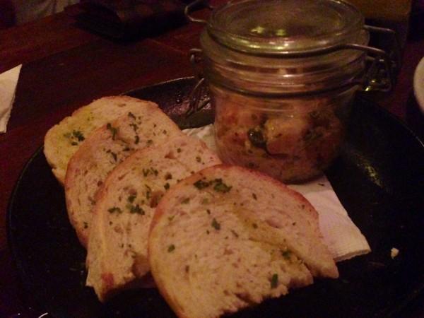 Broinha de milho com foie gras grelhado, chutney de figo e crocante de avelã