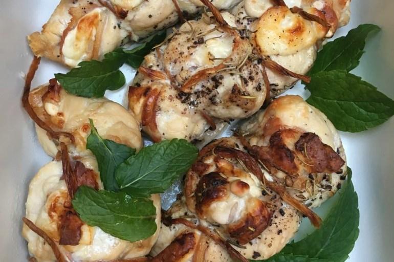 Kyllingfileter fylt med bacon/ Parma, basilikum & halloumi