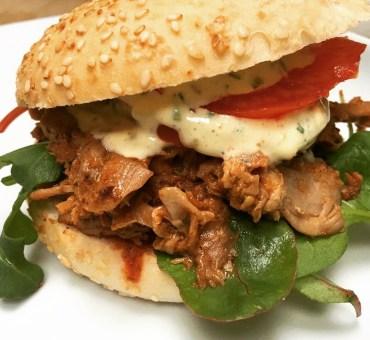 Pulled pork, glutenfritt burgerbrød, bbq saus & chilimajones
