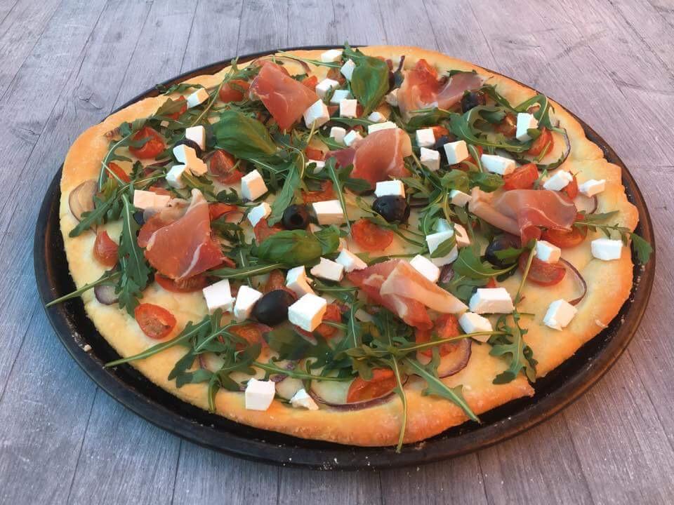 glutenfri pizza med ruccula, spekeskinke, feta