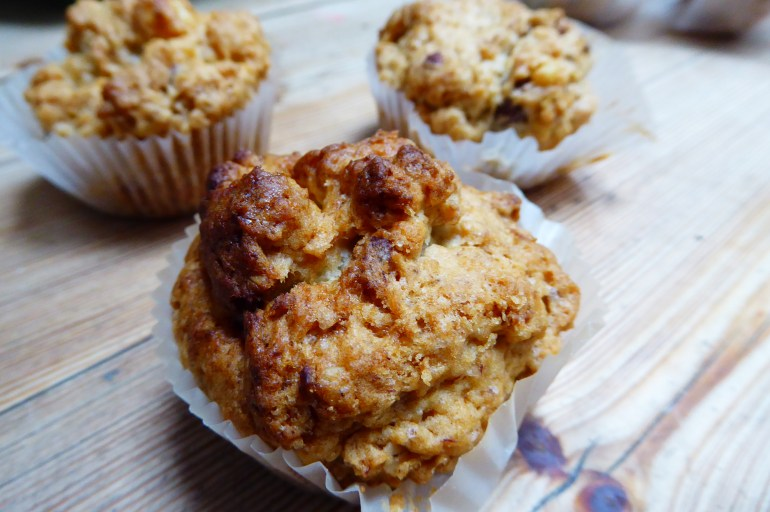Gluten/eggfrie frokost muffins med tørket frukt, nøtter & banan.