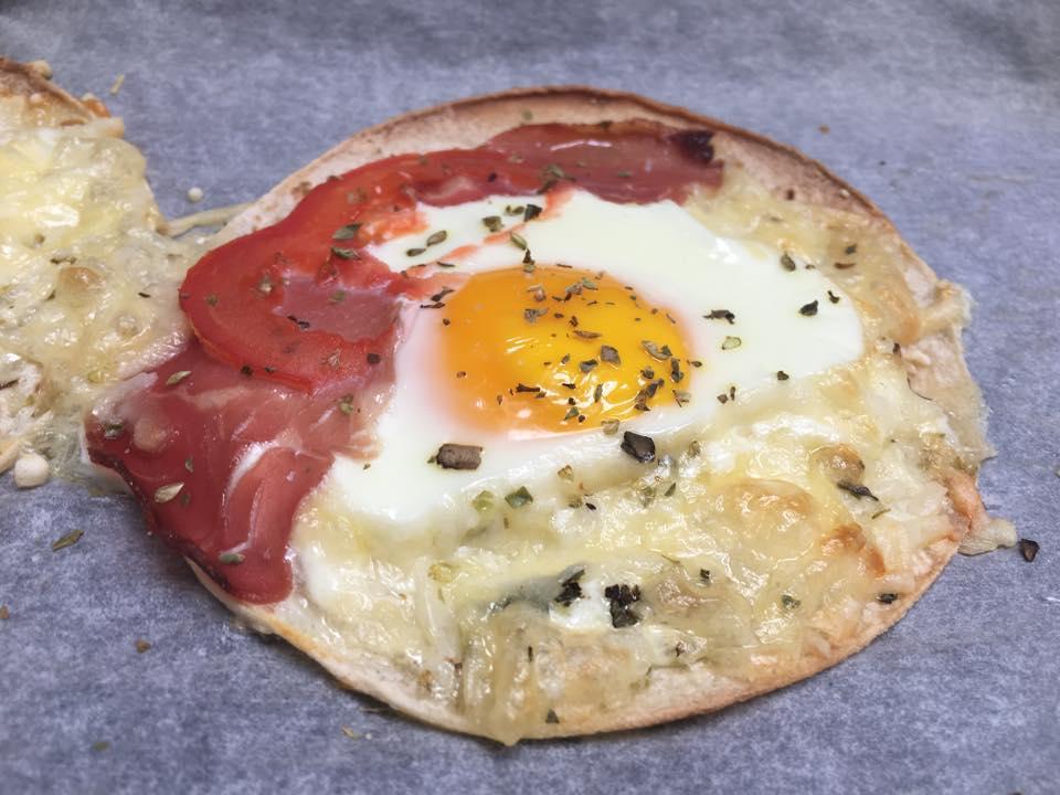 frokost-pizza med egg og bacon