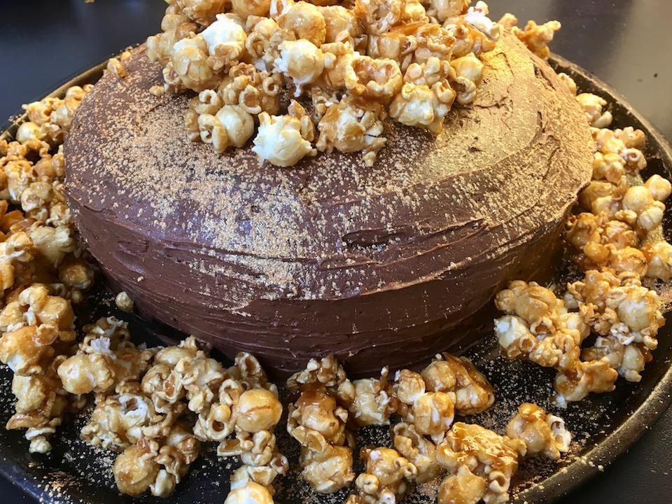 Glutenfri sjokoladekake med karamellisert popcorn