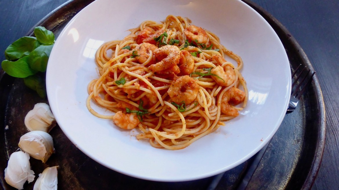 enkel glutenfri pasta med scampi, tomater og basillikum