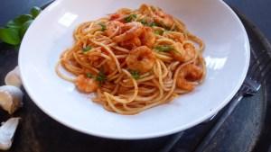 Glutenfri pasta med scampi, tomater og basilikum