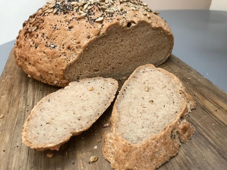 grovt, glutenfritt landbrød med surmelk