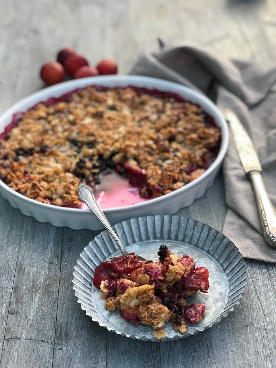 Glutenfri smuldrepai med bær og havregryn