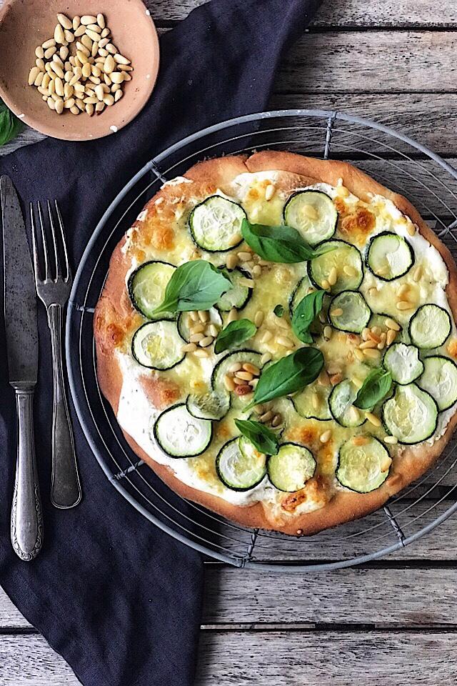 Glutenfri hvit pizza med squash, mozzarella og pinjekjerner. Bunn fra BFree