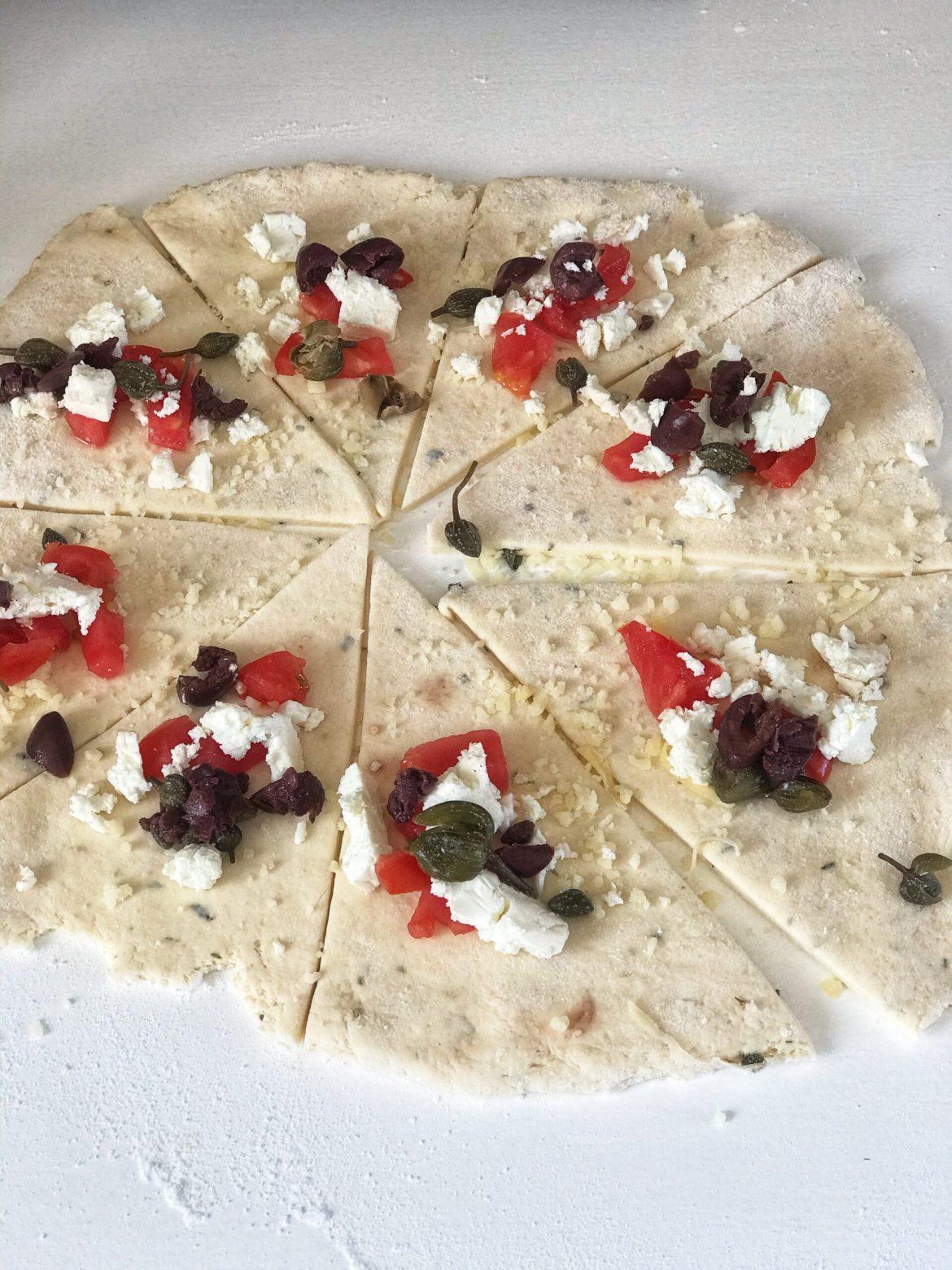 Glutenfrie horn med feta, kapers, oliven og tomat