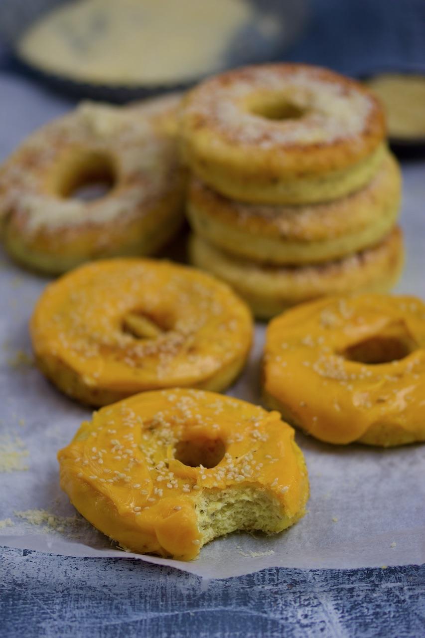 Glutenfrie donuts med parmesan og cheddar