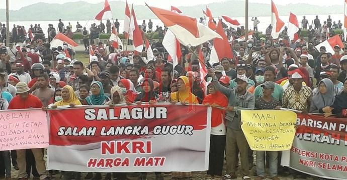 Suasana ribuan warga Fakfak membawa bendera merah putih turun ke jalan menggelar aksi demo damai. PbP/MON