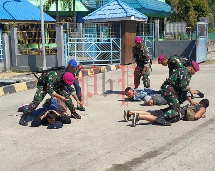 Aksi TNI AL, saat latihan melumpuhkan perompak yang hendak membajak kapal dan meledakkan Pelabuhan Sorong, Kamis (28/11). PbP/GPS