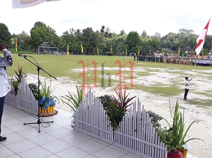 Bupati Samsudin Anggiluli pimpin upacara HGN dan HUT PGRI Ke-74, kemarin. PbP/EA