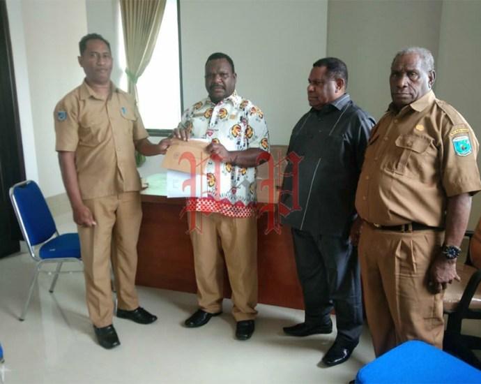 Staf Biro Pemerintahan Pemprov Papua Barat menyerahkan SK Pimpinan DPR Papua Barat masa jabatan 2019-2024 kepada pimpinan sementara DPR-PB, Senin (2/12). PbP/ARS