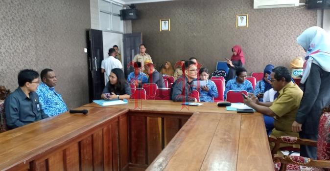 Suasana pengisian sensus penduduk online oleh ASN dilingkup Setda Kabupaten Fakfak didampingi oleh BPS Kabupaten Fakfak di Ruang Rapat Lantai 3 Kantor Bupati Fakfak, Senin (17/2). PbP/MON
