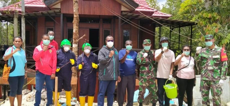 Tim Satgas Virus Covid saat melakukan penyemprotan di Ayamaru Jumat, (27/3). PbP/CR24