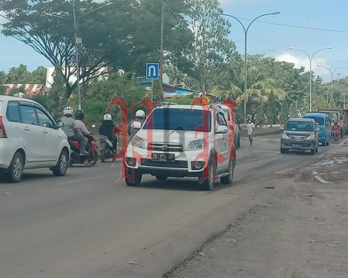 Untuk perbaiki jalan rusak di KM 17, warga meminta sumbangan kepada penguna jalan. PbP/MPS