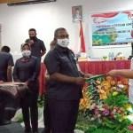 Penyerahan keputusan KPU terkait penetapan paslon oleh ketua kepada calon wakil bupati, Rabu (23/9). PbP/TLS