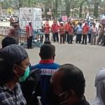 Sekelompok aksi masa saat mendatangi kantor Walikota Sorong, Rabu (23/9). PbP/JEF
