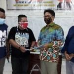 Penyerahan proposal usulan bantuan kepada PWI Sorong Raya oleh ketua PWI Sorong Raya Lexi Sitanala kepada anggota DPR Papua Barat Surung H. Sibarani. PbP/JOY