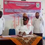 Nyatakan Sikap: Para pengurus Lembaga Masyarakat Adat (LMA) se-Sorong Raya, saat menandatangani pernyataan sikap dukung implementasi Otsus di Papua Barat. FOTO: MONANG SIBARANI