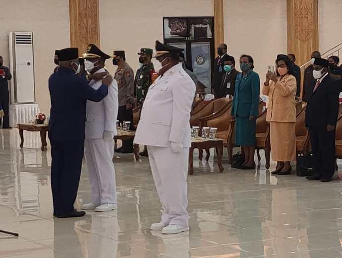 Gubernur Papua Barat, Dominggus Mandacan melantik Petrus Kasiwu dan Matret sebagai Bupati dan Wakil Bupati Teluk Bintuni.