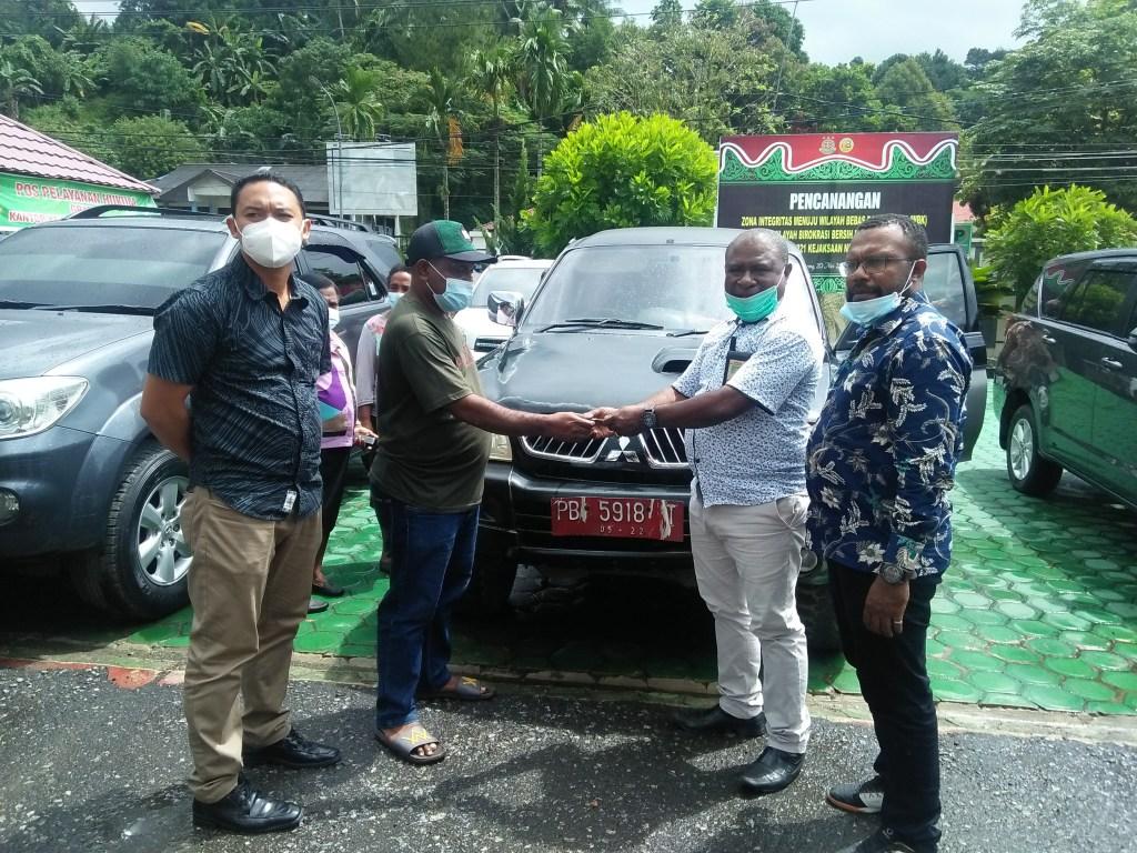 Penyerahaan secara simbolis kendis oleh mantan pejabat kepada Kabid Aset BPKAD Sorsel disaksikan Kasi Datun di Kejari Sorong, Jumat (11/6/2021). Foto : EYE
