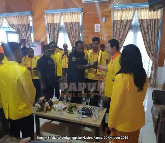 Kepala Suku Sambut Tommy Soeharto di Nabire