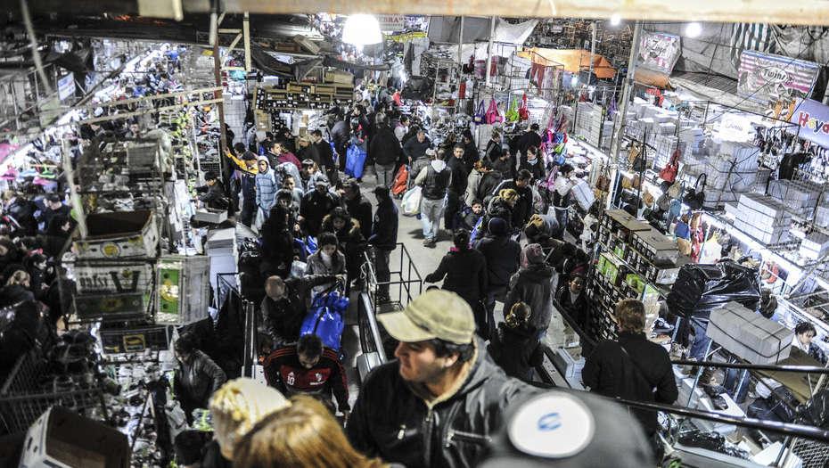 Hallaron cajas fuertes ocultas y 11 millones de pesos en La Salada  Noticias de Buenos Aires