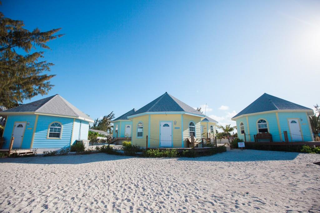vue de trois cottage qui sont sur la plage de l'hotel