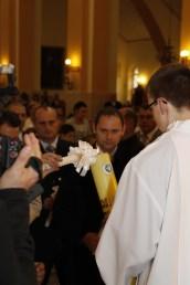 Trzymając zapalone gromnice, dzieci odnowiły przyrzeczenia, złożone w ich imieniu przez rodziców na chrzcie świętym