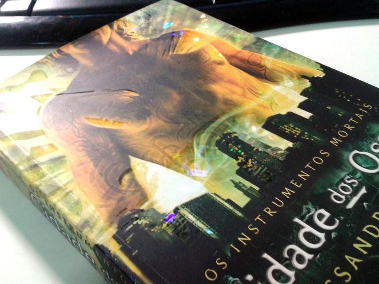 (5) exemplo de efeito holográfico na capa de Cidade dos Ossos de Cassandra Clare