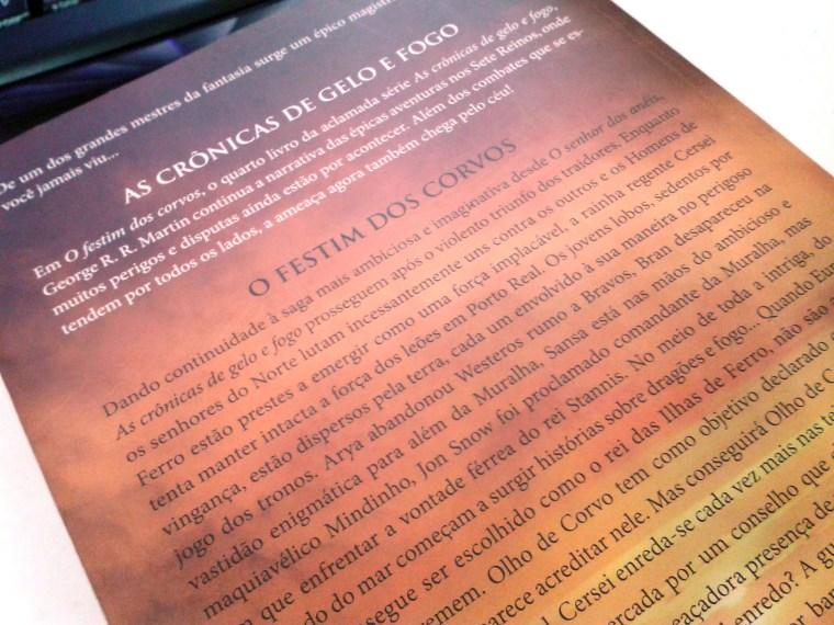 (7) exemplo de quarta capa mostrando a sinopse do livro. O Festim dos Corvos de George R.R. Martin.