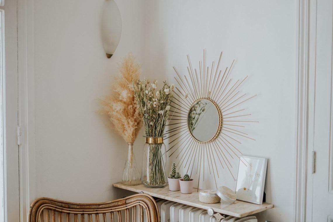 Décorations réalisées avec des fleurs séchées accrochées au mur et posées sur un radiateur