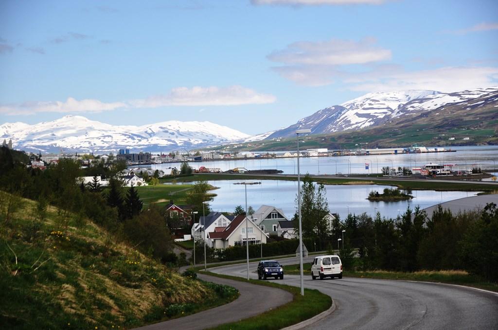 9:45 - schodzimy ze wzgórza w zabudowania. Akureyri to drugie co do wielkości miasto Islandii. Mieszka tam ok. 18 tys. osób.