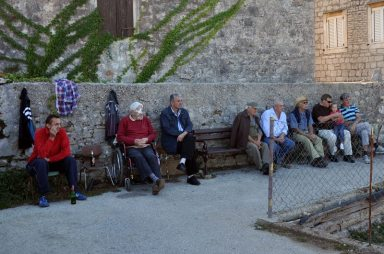 Połowa dziadków z miasteczka gra w bule, druga połowa obserwuje...