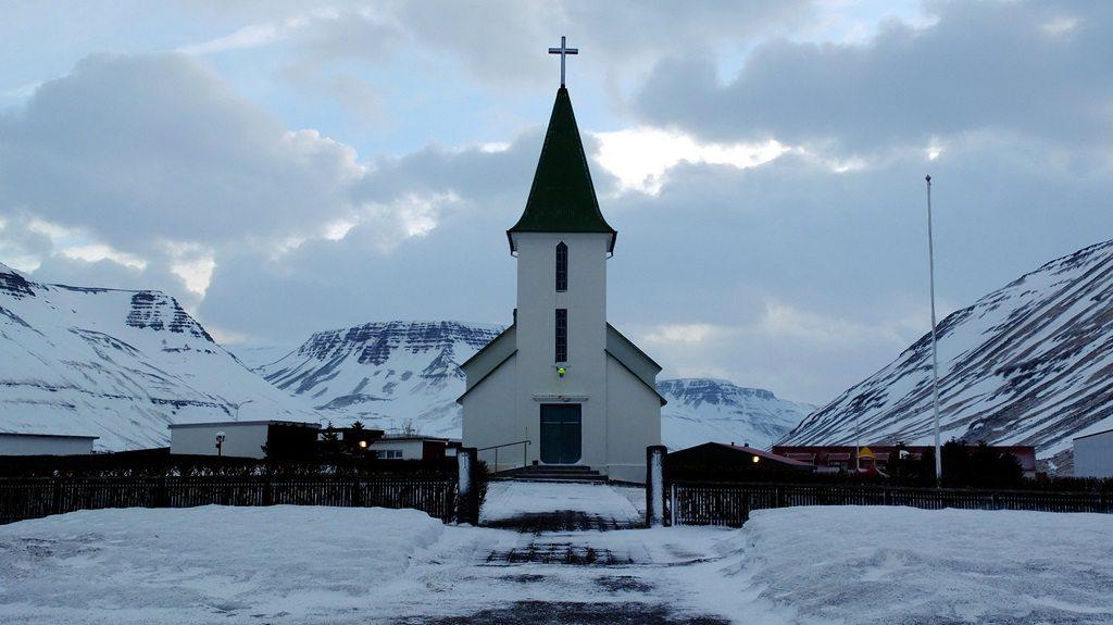 Każde z odwiedzonych miasteczek ma kościół wyglądający z zewnątrz dokładnie tak, jak wszystkie pozostałe. Mogą różnić się kolorami dachów. Są albo czerwone, albo zielone.