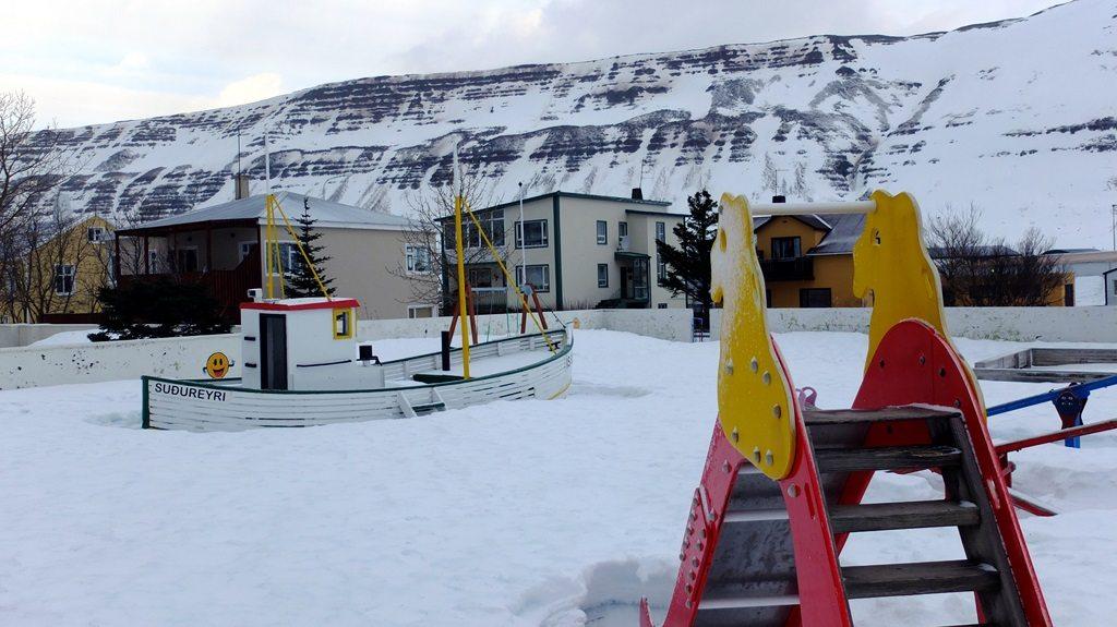 Wymyślne bywają natomiast place zabaw. Ten w Suðureyri próbuje ukierunkować zawodowo jego najmłodszych mieszkańców już od dziecięcych lat.